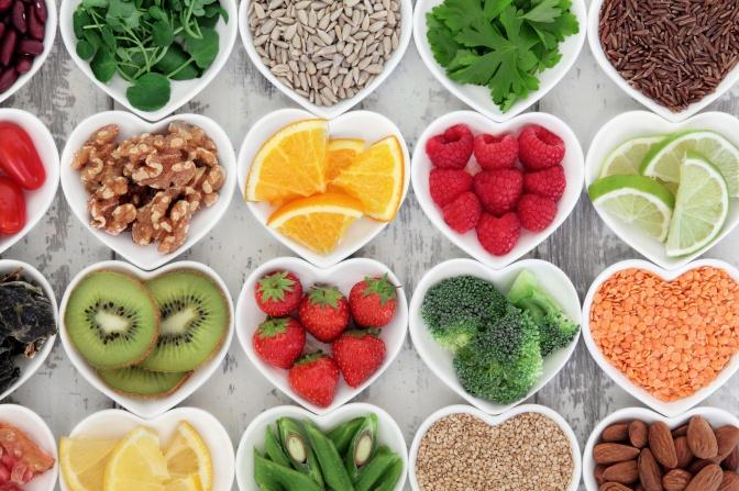 Terveellisiä ruoka-aineita funktionaalisessa ravintoterapiassa.