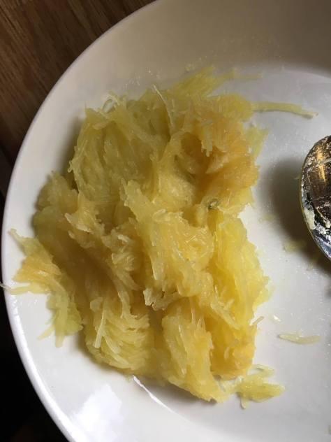 Spagettikurpitsaa lautasella