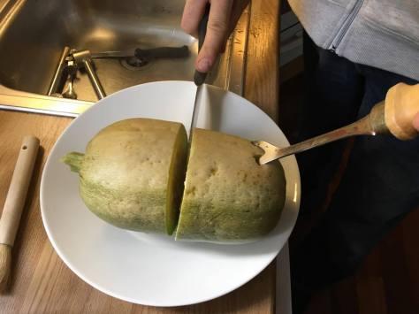 Spagettikurpitsaa leikataan